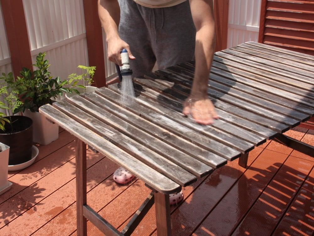 削った粉を洗い流す