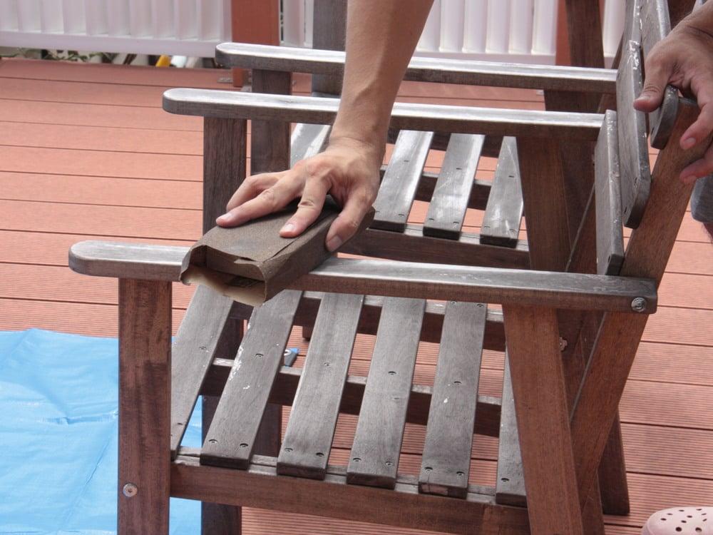 サンドペーパーで表面の塗料を削る