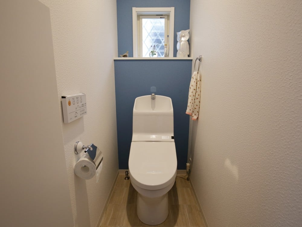 アクセントカラーの効いたトイレ