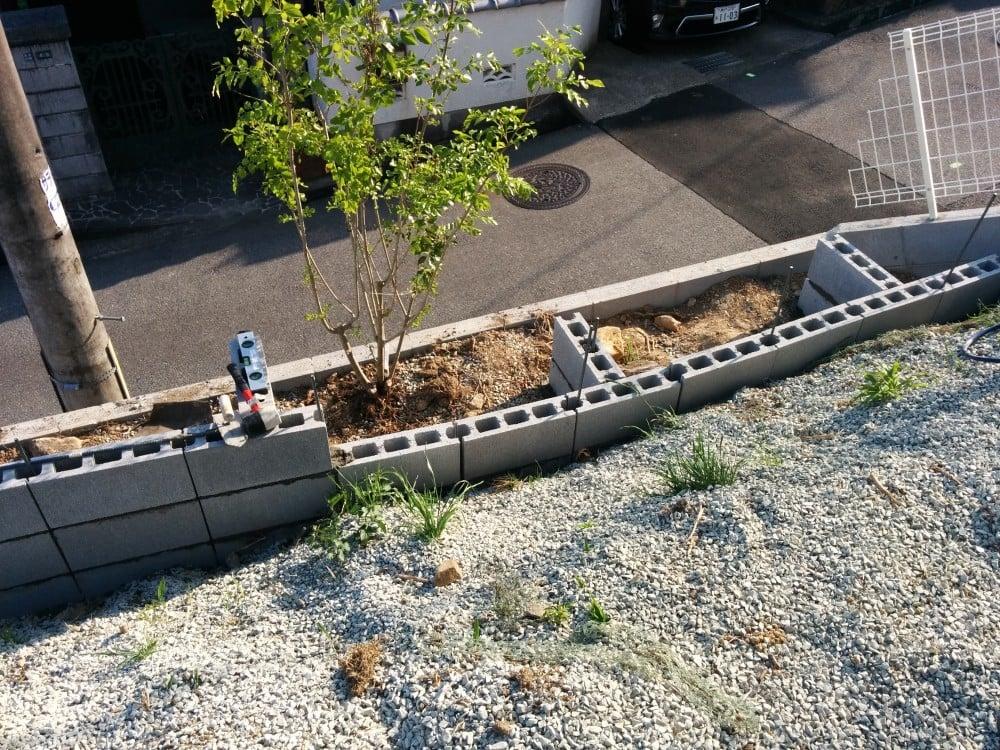 傾斜地にコンクリートブロックで塀を作る