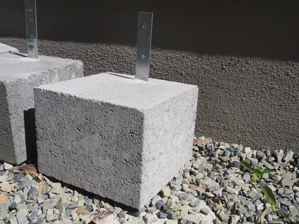 ウッドデッキの柱を固定する束石