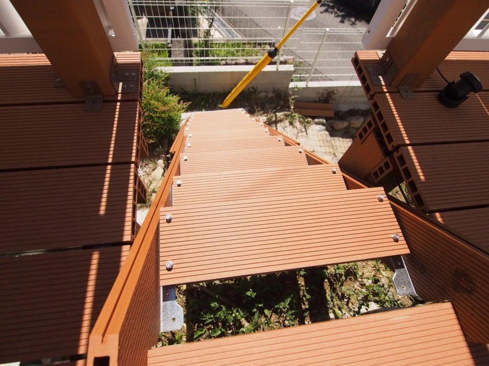 上から階段を見る