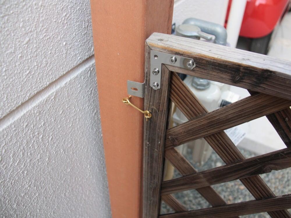 小さい鍵を両サイドから付けて、風などで開かないようにしてます