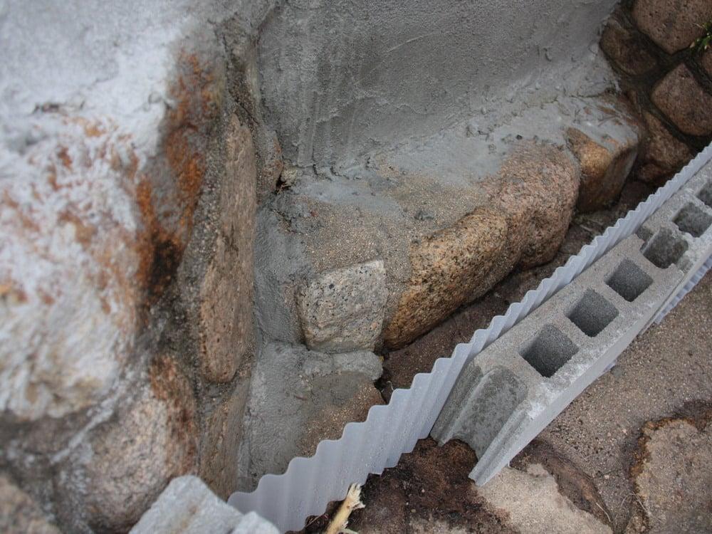 2.コンクリートブロックを支えにして波板を立てます。