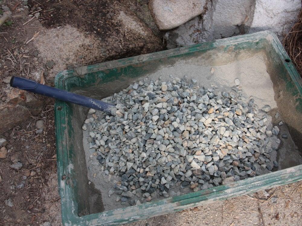 3.セメントに砂利を混ぜ、コンクリートを準備。