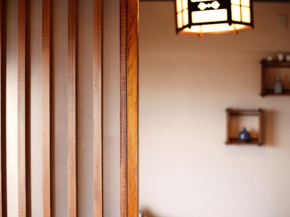 格子風の仕切りを設けた和室