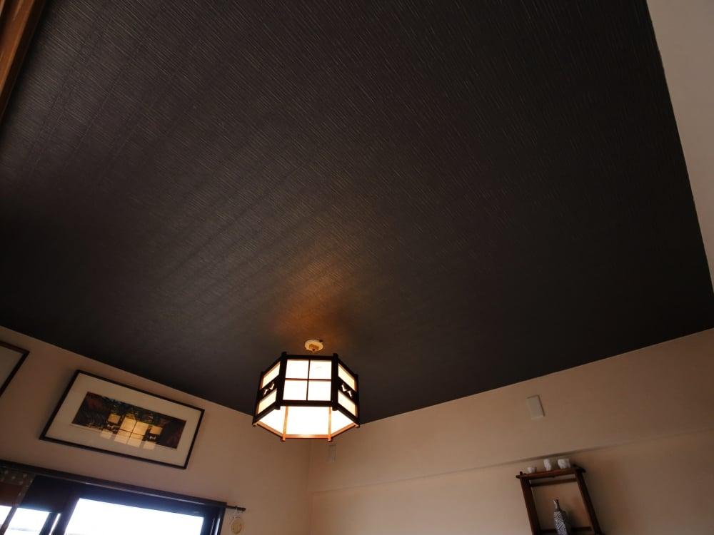 和室には祖母の家にあった古い照明を