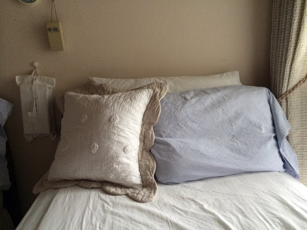 ベッドボードが枕で隠れてしまっていました。