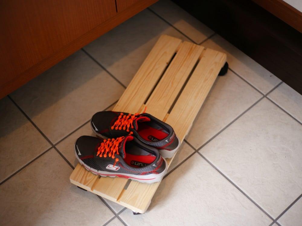 すのこの上に靴を置いて、そのまますっと下駄箱下へ
