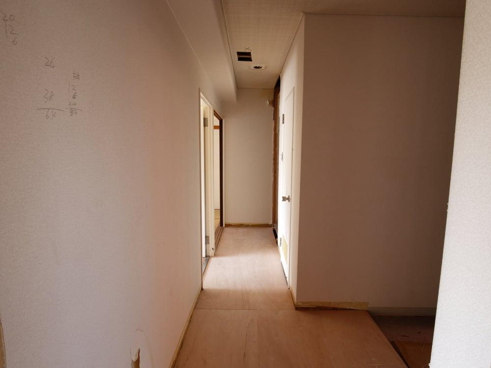 天井の照明も撤去。新たに開口部を設けました。