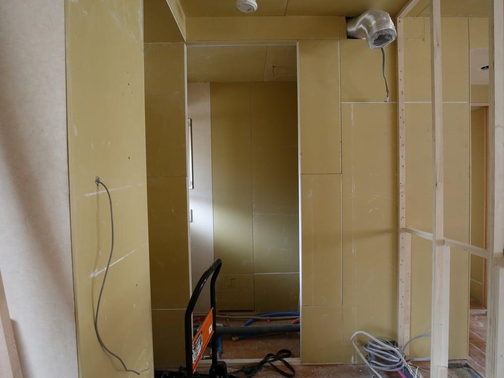 パントリー内部。床下はキッチンの配管などを準備しています。
