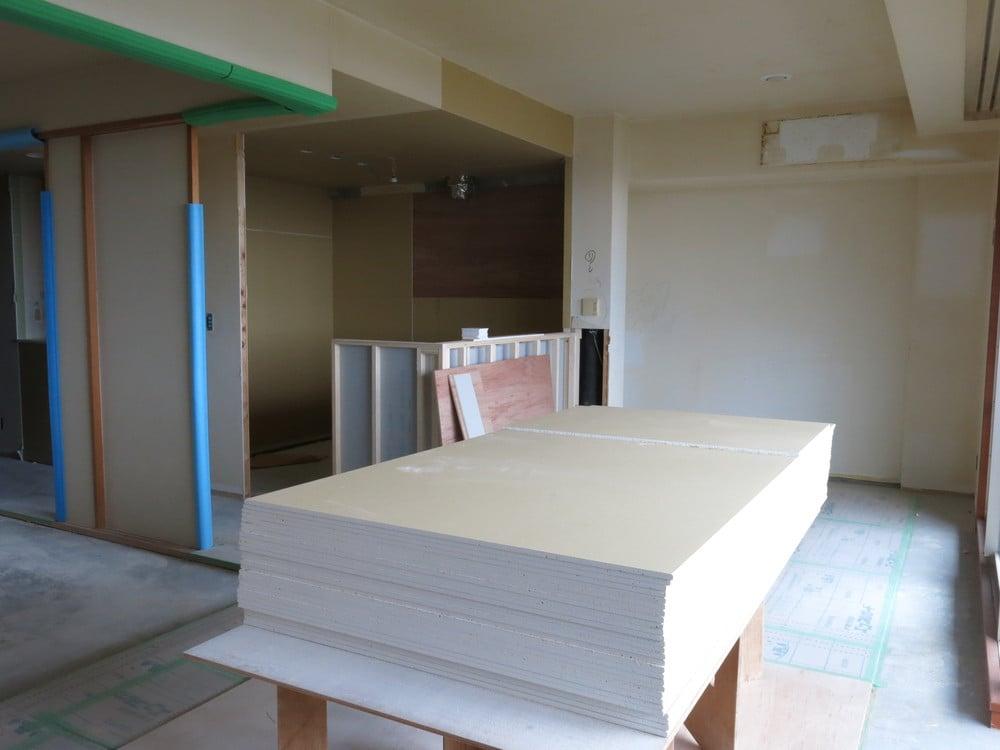 キッチン周りに壁を立てたり、天井を造作したりしています。