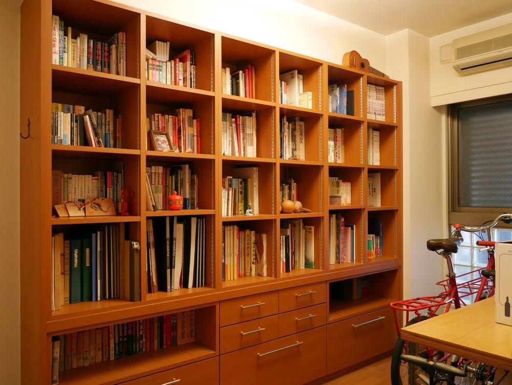 蔵書を絞り込んで、かなりスッキリした本棚。
