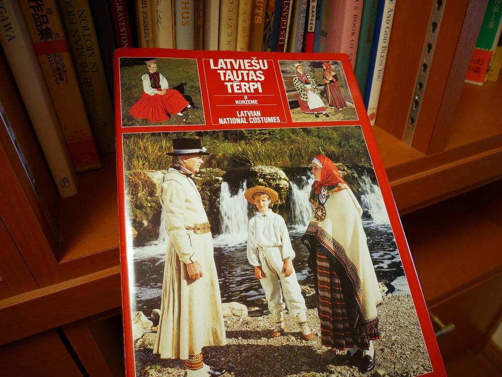 ラトビアの民族衣装の写真集。辺境に真実がある。