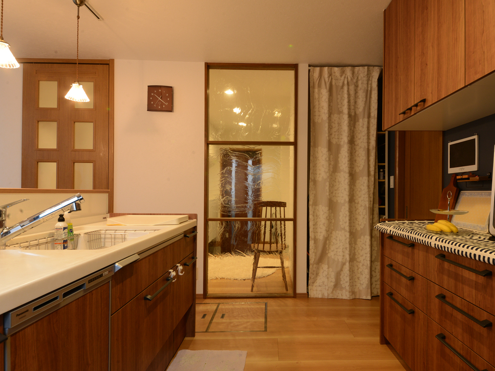 玄関がよく見えるキッチンスペース