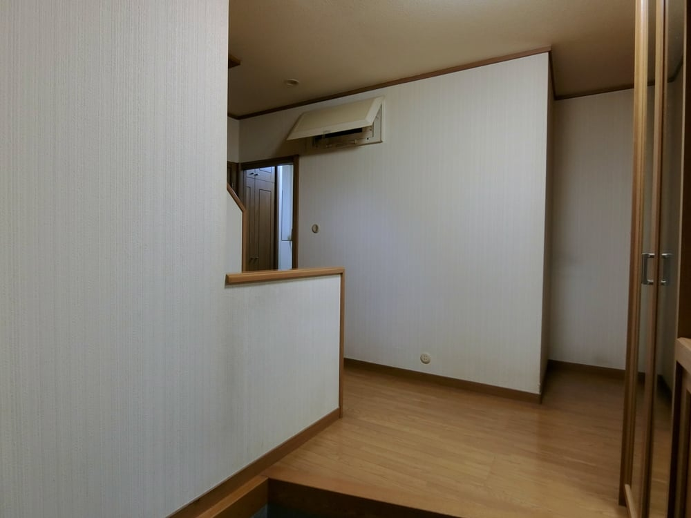 Beforeの玄関。窓がなく電気を付けないと暗い