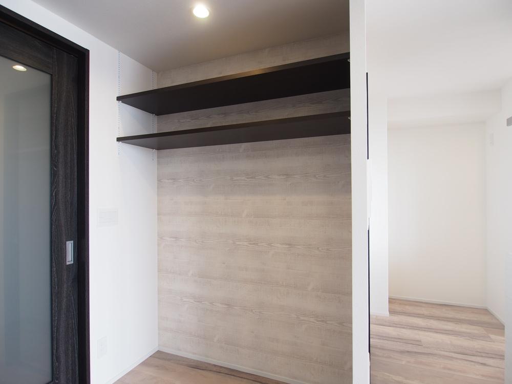リビングの一角にあるピアノ置き場。上部には可動棚を設けました