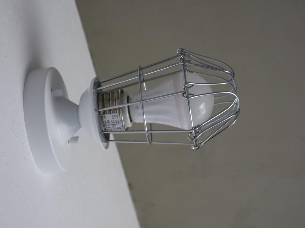 ガード付きのブラケットライト。後藤照明(GLF-0258W)