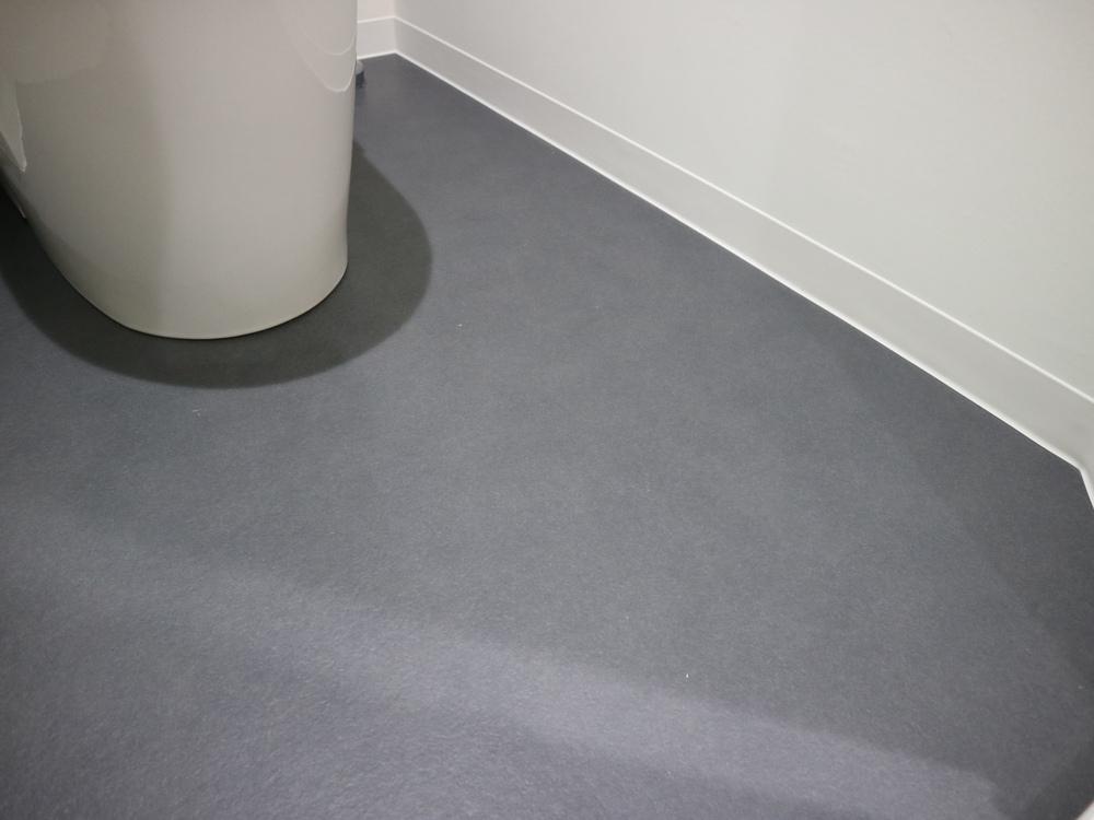 トイレスペースの床材はリリカラのCF/LH80793