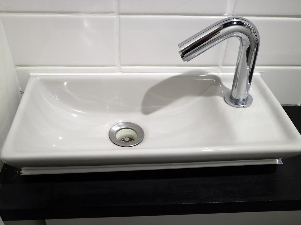 スクエアタイプの手洗いボウルにシンプルな水栓