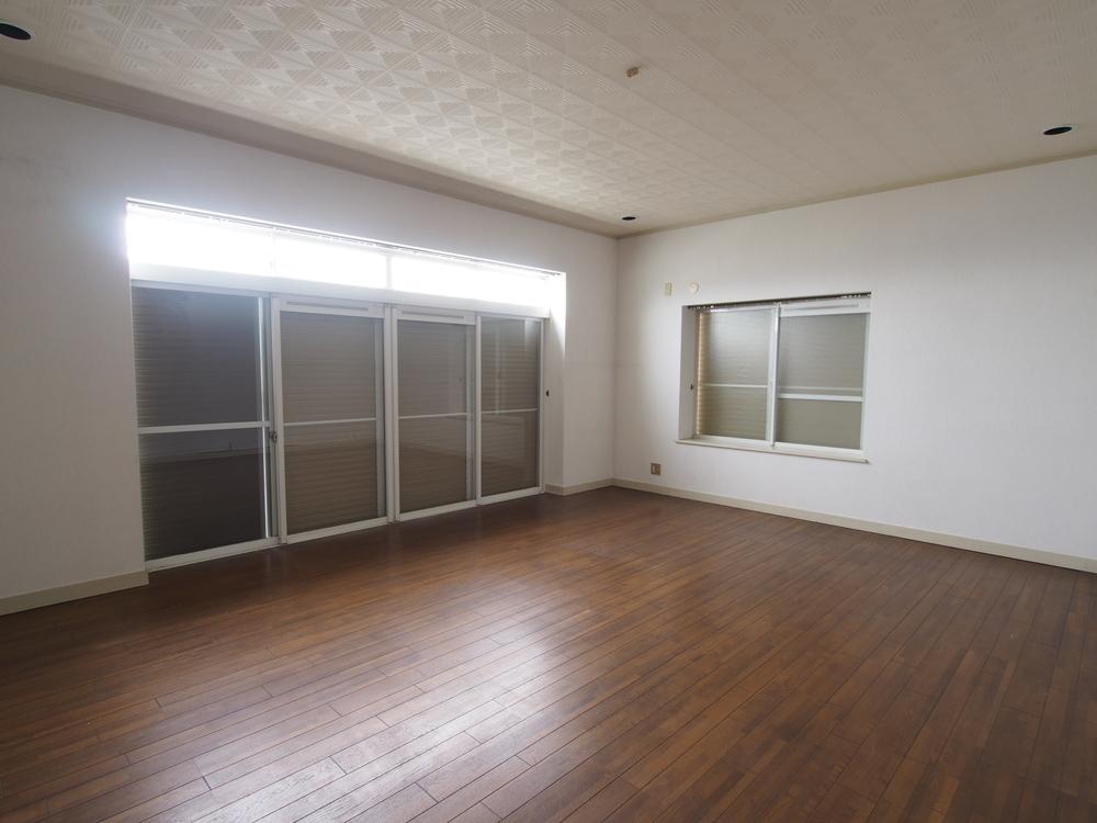 窓がある明るい地下室