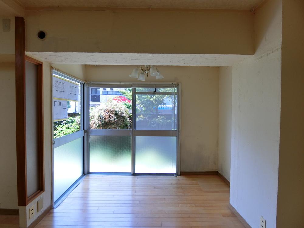窓に囲まれた明るいスペース