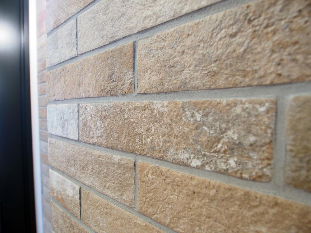 壁面は一部タイル仕上げ。BRS-625RU/平田タイル