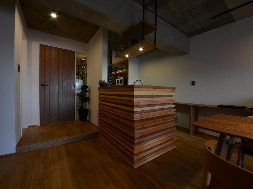 材木を組み上げたキッチンまわりの壁