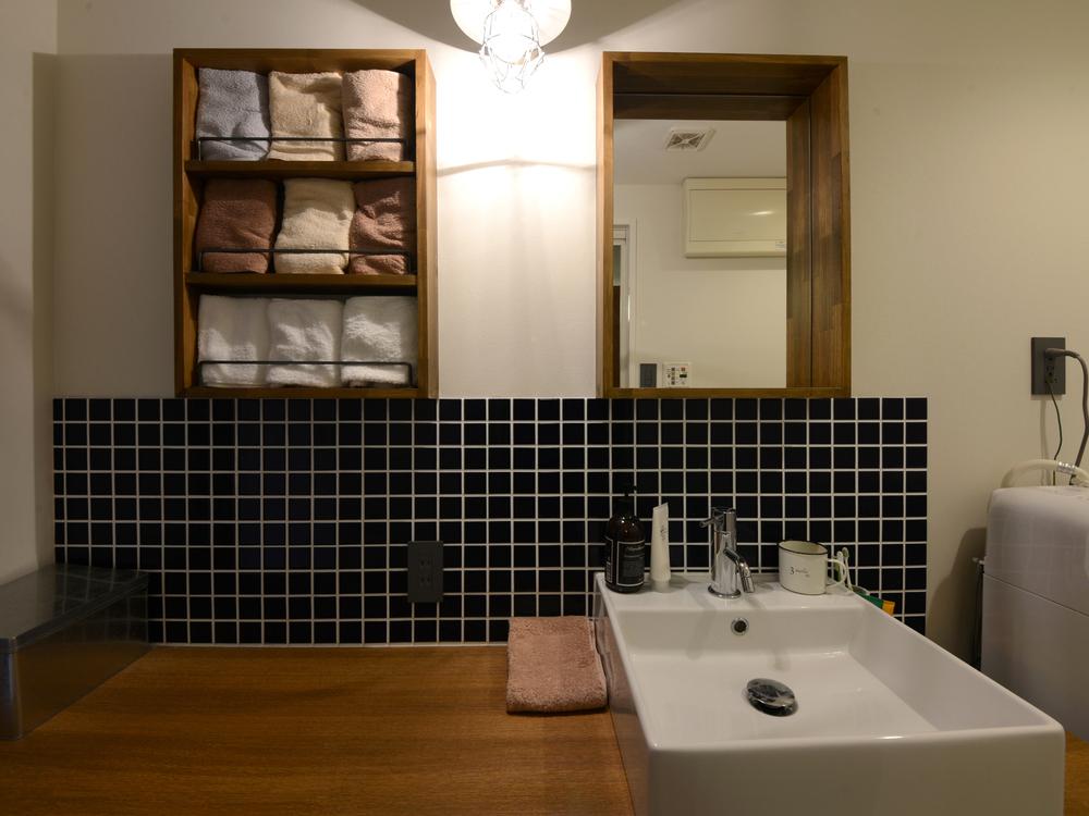 タオル収納ボックスとミラーは造作したもの。