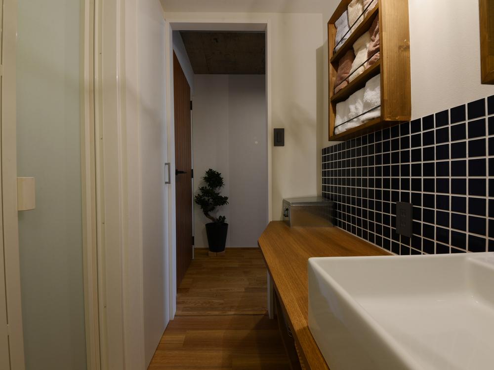 洗面スペース(入口を望む)
