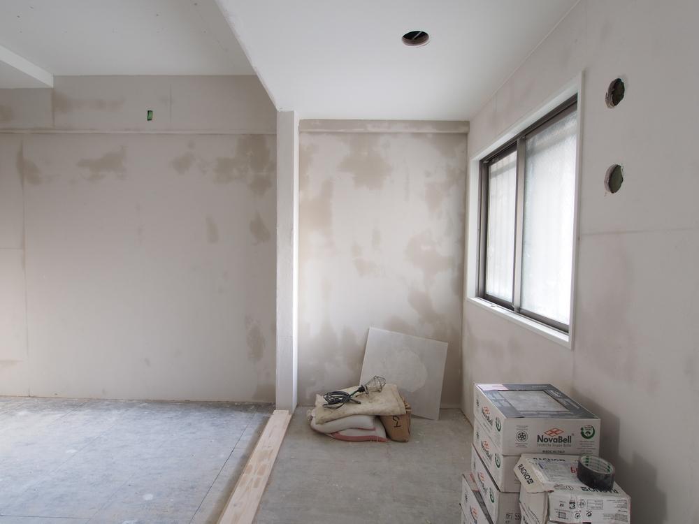 天井に漆喰を塗布しました。