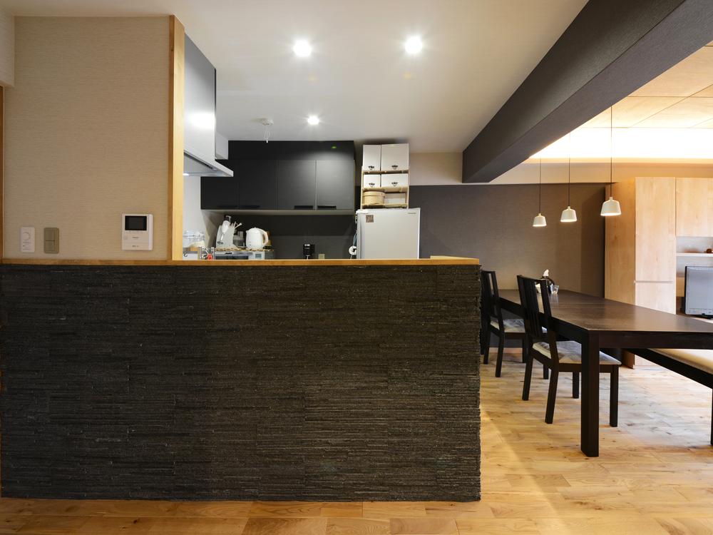 タイル貼りのキッチンカウンター