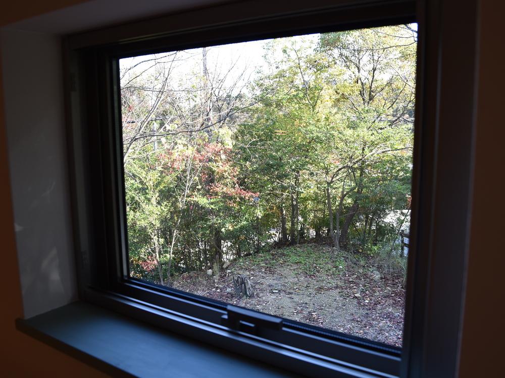 ロフトの小窓から