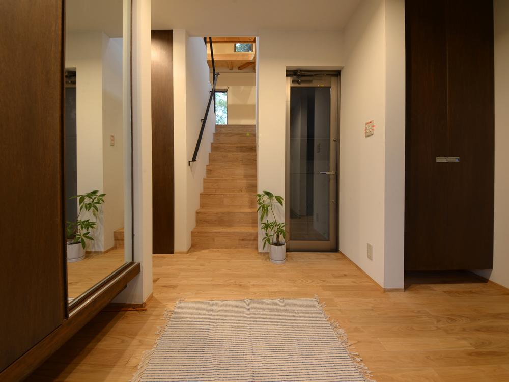 玄関からリビングスペースへの階段