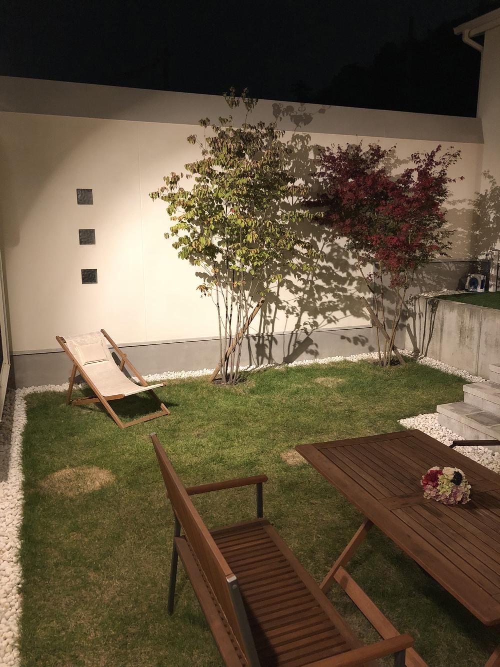 照明のついた夜の中庭