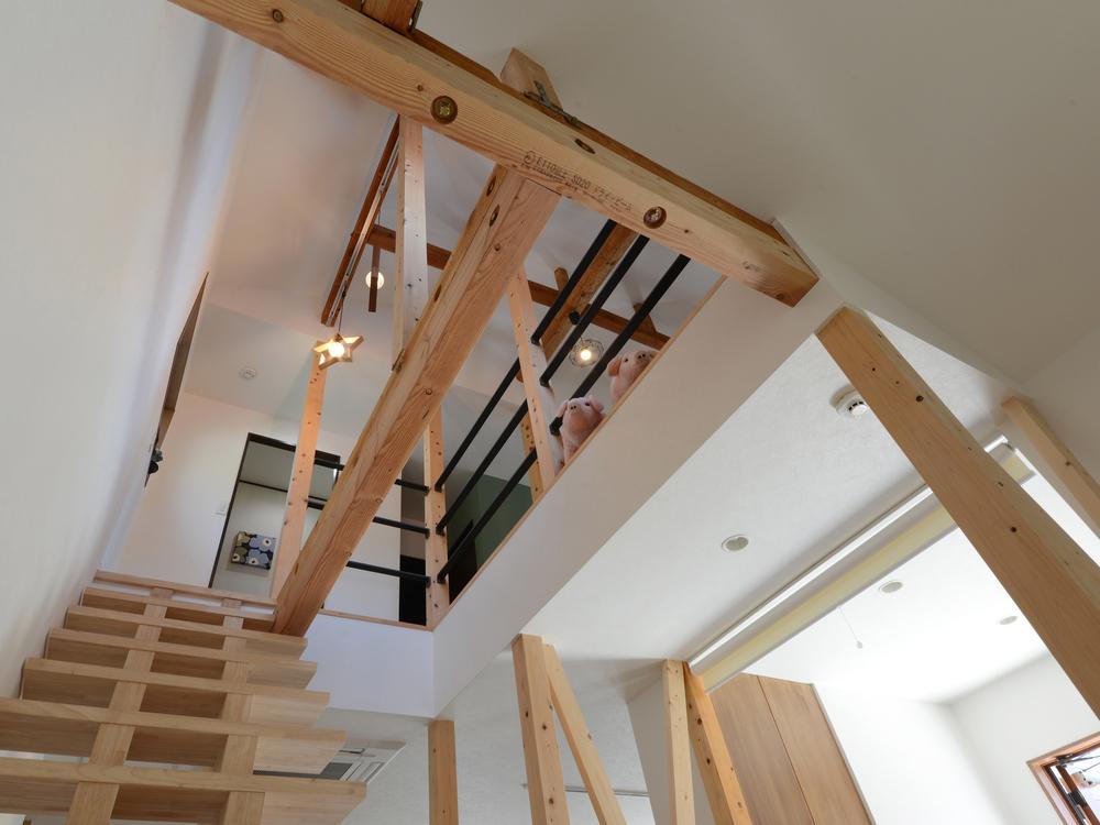 階段から2階を望む