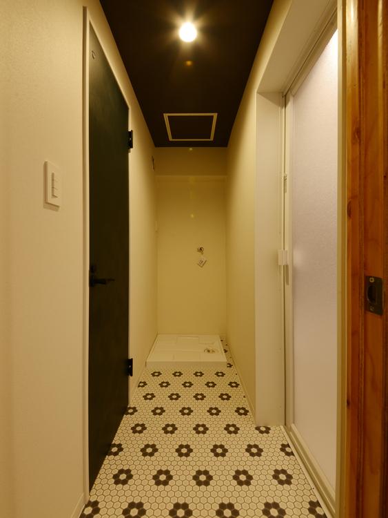 右には浴室、左にはトイレがあります
